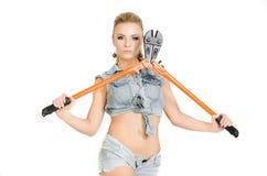 Красивая молодая женщина с инструментом для нарезания болтов Стоковое фото RF