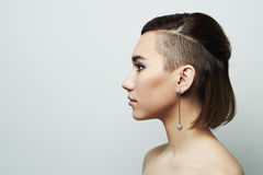 Красивая молодая женщина с короткой стрижкой hairstyle помадка девушки стоковая фотография