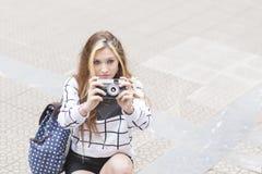 Красивая молодая женщина с классической камерой в улице стоковые фото