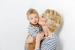 Красивая молодая женщина с малышом Стоковые Изображения RF