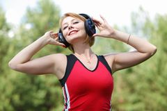 Красивая молодая женщина с наушниками Стоковое Изображение RF