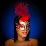 Красивая молодая женщина с портретом студии маски масленицы Венеции Стоковые Фото