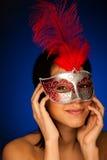 Красивая молодая женщина с портретом студии маски масленицы Венеции Стоковое Изображение