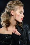 Красивая молодая женщина с составом вечера и длинными белокурыми волосами Стоковое Фото