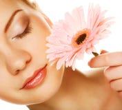 Красивая молодая женщина с цветком gerber Стоковое Изображение RF