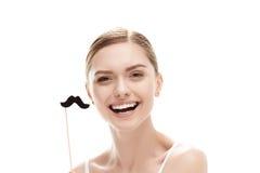 Красивая молодая женщина с черными усиками на ручке Стоковые Фотографии RF