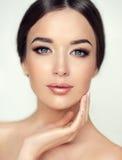 Красивая молодая женщина с чистой свежей кожей Косметика и косметология стоковые изображения rf