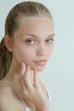 Красивая молодая женщина с чистой свежей кожей Стоковые Фото
