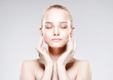 Красивая молодая женщина с чистой свежей кожей Стоковые Изображения RF