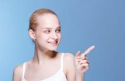 Красивая молодая женщина с чистой свежей кожей Стоковое Изображение RF
