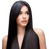 Красивая молодая женщина с чистыми здоровыми волосами Стоковое Изображение