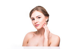 Красивая молодая женщина с чистым свежим касанием кожи имеет сторону Лицевая обработка Косметология, красота и курорт стоковые изображения rf