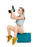 Красивая молодая женщина с электрической отверткой Стоковые Фотографии RF