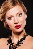 Красивая молодая женщина с ювелирными изделиями совершенного состава вечера нося Стоковое Изображение RF