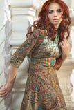 Красивая молодая женщина с яркими волосами Стоковое Изображение RF