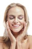 Красивая молодая женщина усмехаясь пока касающся ее стороне с концом стоковые фото