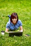 Красивая молодая женщина фрилансера используя компьтер-книжку Стоковые Фото