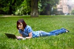 Красивая молодая женщина фрилансера используя компьтер-книжку Стоковое Фото