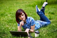 Красивая молодая женщина фрилансера используя компьтер-книжку Стоковое Изображение RF
