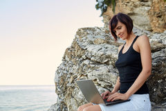 Красивая молодая женщина фрилансера используя компьтер-книжку Стоковая Фотография RF