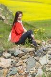 Красивая молодая женщина outdoors наслаждаясь природой Стоковая Фотография RF