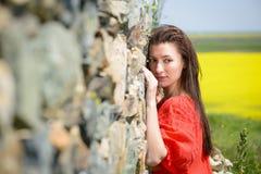Красивая молодая женщина outdoors наслаждаясь природой Стоковое Изображение