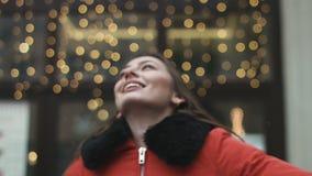 Красивая молодая и счастливая женщина завихряясь вокруг и смеясь над от утехи видеоматериал