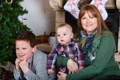 Красивая молодая мать и 2 прелестных мальчика отпрыска с Христосом Стоковые Фотографии RF