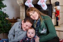 Красивая молодая мать и 2 прелестных мальчика отпрыска с Христосом Стоковая Фотография RF