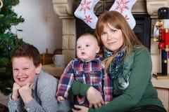 Красивая молодая мать и 2 прелестных мальчика отпрыска с Христосом Стоковое Изображение