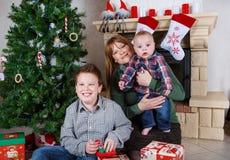 Красивая молодая мать и 2 прелестных мальчика отпрыска с Христосом Стоковые Изображения RF