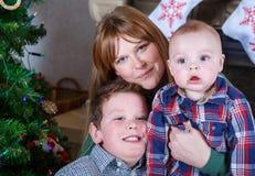 Красивая молодая мать и 2 прелестных мальчика отпрыска с Христосом Стоковые Фото