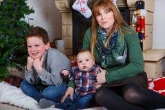 Красивая молодая мать и 2 прелестных мальчика отпрыска с Христосом Стоковое Изображение RF