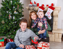 Красивая молодая мать и 2 прелестных мальчика отпрыска с Христосом Стоковое фото RF