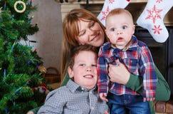 Красивая молодая мать и 2 прелестных мальчика отпрыска с Христосом Стоковая Фотография