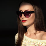 Красивая молодая модель с солнечными очками стоковое изображение rf