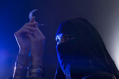 Красивая молодая мусульманская девушка держа символ луны, духовность Стоковое Фото