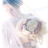 Красивая молодая невеста в вуали, с букетом свадьбы белизны Стоковое Изображение RF