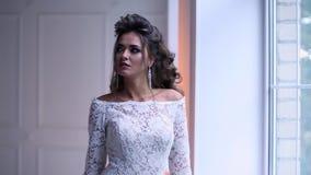 Красивая молодая невеста представляя замедленное движение тележки сток-видео