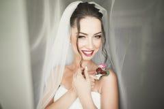 Красивая молодая невеста с составом и стиль причёсок в спальне, подготовке женщины новобрачных окончательной для wedding девушка  Стоковые Изображения