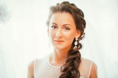 Красивая молодая невеста с составом свадьбы и стиль причёсок в спальне, подготовке женщины новобрачных окончательной для wedding  Стоковые Изображения