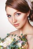 Красивая молодая невеста с флористическим орнаментом в ее волосах красивейше смотрите на ее касающую женщину красивейшая невеста  Стоковые Изображения