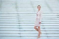 Красивая молодая самоуверенная бизнес-леди стоковые изображения rf