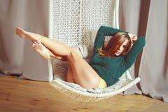 Красивая молодая сексуальная женщина Sensualy представляя в стуле Стоковое Изображение