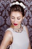 Красивая молодая сексуальная элегантная женщина с красными губами, красивый стильный стиль причёсок с белыми цветками в ее волоса Стоковое фото RF