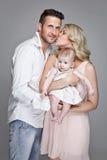 Красивая молодая семья с маленьким младенцем Стоковое Изображение RF