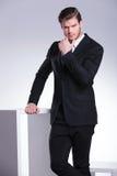 Красивая молодая склонность бизнесмена на белой таблице Стоковые Фото