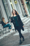 Красивая молодая стильная вскользь носка женщины в черной моде одевает идти и держать черную чашку кофе, наслаждающся, усмехающся Стоковое Изображение RF