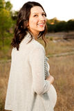 Красивая молодая счастливая женщина смеясь над и усмехаясь Стоковое фото RF