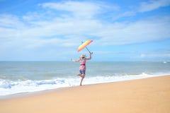 Красивая молодая excited женщина с радугой Стоковая Фотография RF